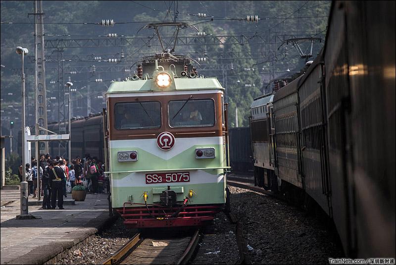 2013年10月,两趟焦柳线慢车在小站相遇,这是逐渐消逝的经典场景,也是一种慢浪漫。