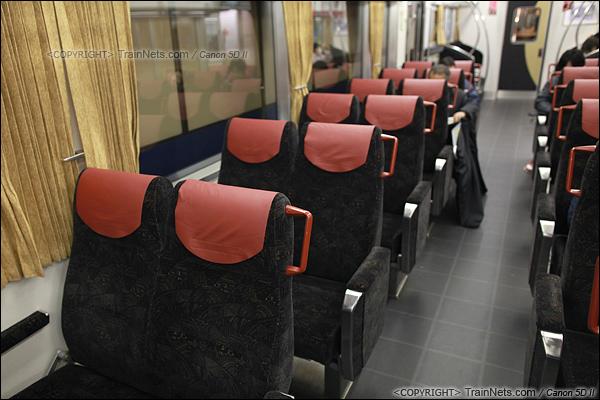 2012年2月1日。日本京阪本线,8000系电车单层车厢座位。(IMG-5704-120201)