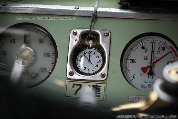 2012年2月1日。日本京阪本线,最老的2000系电车,驾驶台上有位置摆放司机所使用的陀表。(IMG-5777-120201)