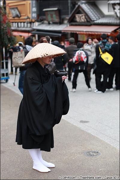 2012年2月1日。日本京都,清水寺门外一位化缘的僧人。(IMG-5882-120201)