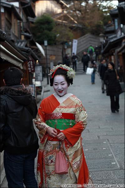 2012年2月1日。日本京都,从清水寺下来的路上,一位游客化妆成艺妓拍照。(IMG-6094-120201)