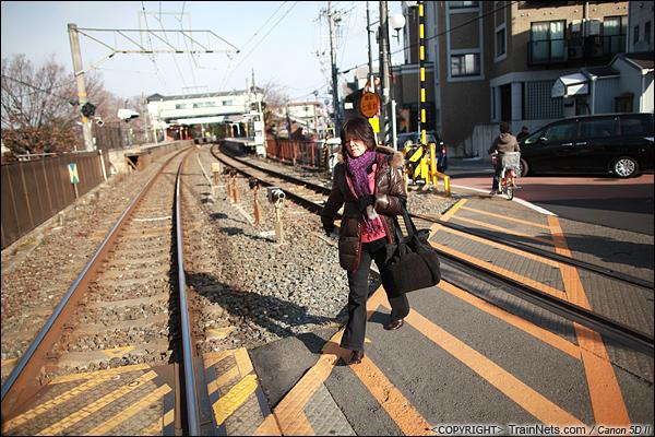 2012年2月2日。日本京都。前往JR奈良线稻荷站路上。在日本,不少车站的两头都会有道口。(IMG-6172-120202)