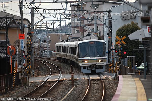 2012年2月2日。日本京都,JR奈良线稻荷站。快速通过的221系。(IMG-6192-120202)