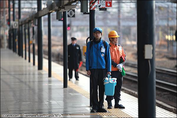 2012年2月2日。日本京都站。立岗迎接列车进站的清洁工人。(IMG-6236-120202)