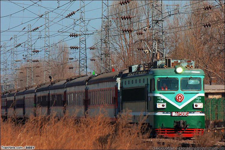 2014年2月3日。山西太原皇后园。韶山1型电力机车牵引K7807次,大同-运城。