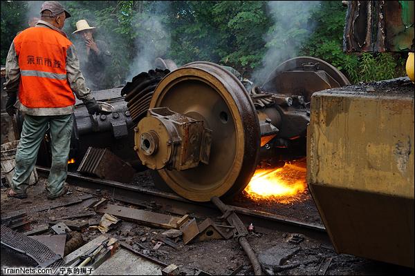 2014年6月。南京东拆解线,工人正在拆解转向架轮对。
