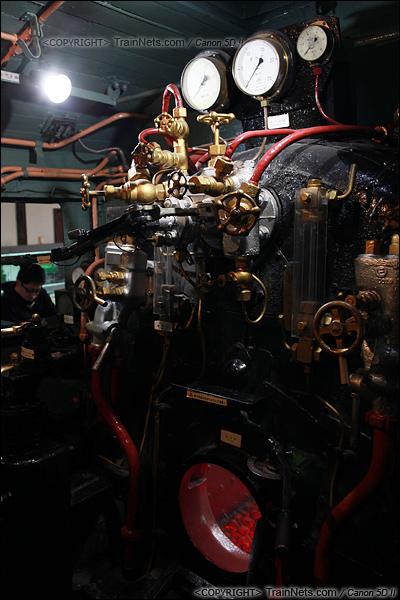 2012年2月2日。日本京都梅小路蒸汽机车博物馆。C11-324号机车的司机室。(IMG-6682-120202)