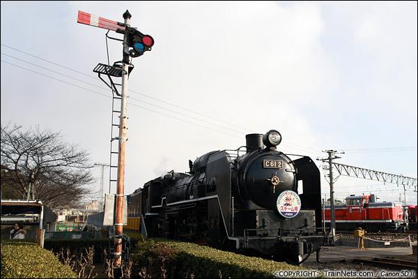 2012年2月2日。日本京都梅小路蒸汽机车博物馆。用来体验的蒸汽机车和壁板信号机。(IMG-6791-120202)