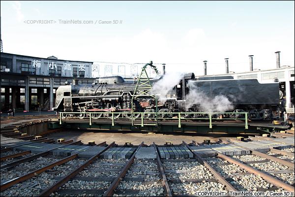 2012年2月2日。日本京都梅小路蒸汽机车博物馆。结束运行的机车在转盘上调头。(IMG-6796-120202)