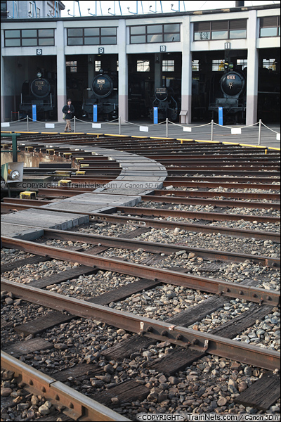 2012年2月2日。日本京都梅小路蒸汽机车博物馆。扇形车库与转盘。(IMG-6836-120202)