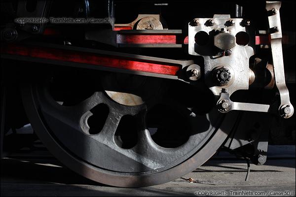 2012年2月2日。日本京都梅小路蒸汽机车博物馆。C58型1号机车,车轮特写:第一动轮及十字头。(IMG-6866-120202)