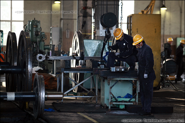 2012年2月2日。日本京都梅小路蒸汽机车博物馆。扇形车库内的蒸汽机车维修区。(IMG-6908-120202)