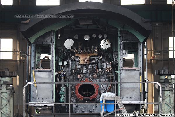 2012年2月2日。日本京都梅小路蒸汽机车博物馆。扇形车库内的蒸汽机车维修区,一台正在整修的蒸汽机车。(IMG-6912-120202)