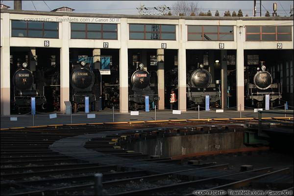2012年2月2日。日本京都梅小路蒸汽机车博物馆。扇形车库与转盘。(IMG-6928-120202)