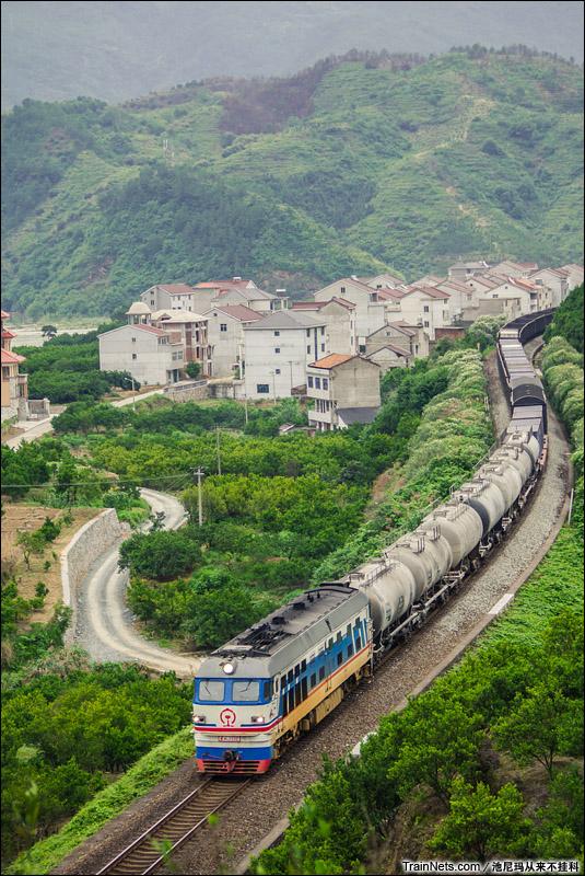 2014年6月1日。金温铁路涂装的DF4B牵引货列经过丽水区间。