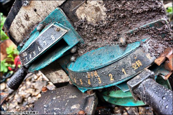 2016年4月。南京东拆解线。被拆下的ND5机车驾驶台上的调速器。(图/宁东的狮子)