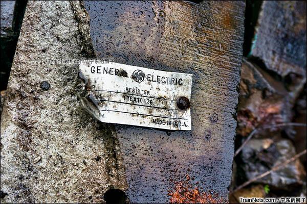 """2016年4月。南京东拆解线。被拆下的ND5机车标牌,写着""""通用电气""""。(图/宁东的狮子)"""