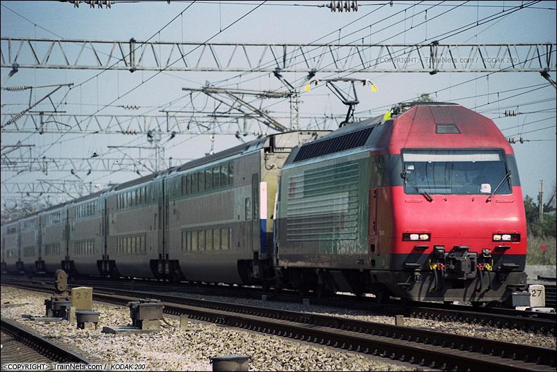 2003年。广州下元站。 担当广九直通车任务的KTT驶向广州。(P3023)