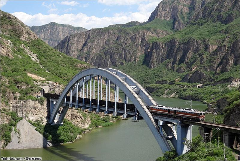2014年6月28日,北京丰沙线下行55公里处,8K牵引货列通过7号桥。