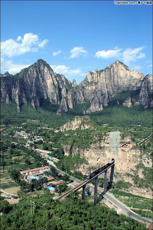 2014年7月10下午,北京市十渡火车站后山,一列货运列车穿过蝙蝠山。