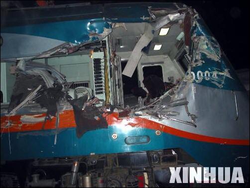 2004年11月19日22时30分,哈尔滨南岗区。一列由佳木斯开往北京的K340次旅客列车与SS9-0004发生碰撞。机车受损严重。随后整修后,0004号机车改为SS9G型。(互联网图)