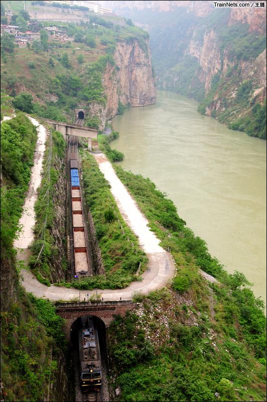 2014年6月6日。世界著名山岳铁道——成昆铁路汉源至金口河段,SS3B牵引货车贴着大渡河峡谷一路疾驶,壮美景色尽收眼底。