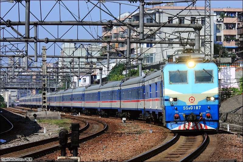 2012年12与30日。广州站12道,京广线下行正线。T235次哈尔滨-广州东直通过广州站,前往广州东。