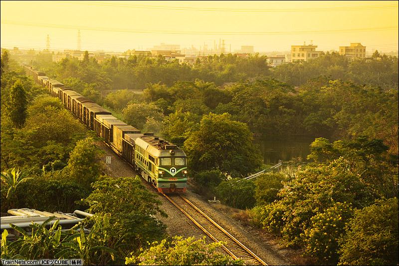 2013年11月18日。三茂铁路DF4B牵引货列穿过茂湛铁路跨线桥。