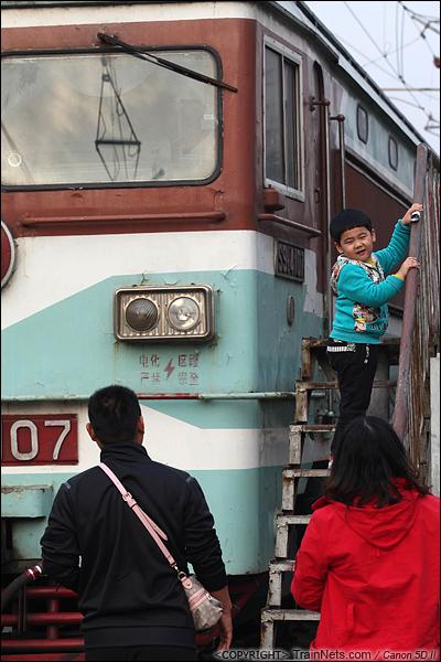 2013年12月。厦门。 厦门折返段,两名家长带着孩子在机车旁留影。