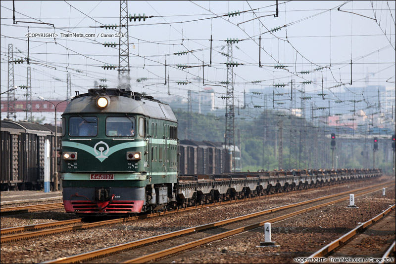 2014年8月15日。广州大朗站。 DF4B牵引一串平板车,开往江村。(IMG-7357-140815)
