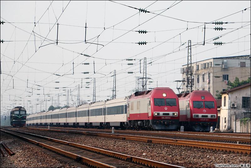 2013年8月2日,广州棠溪北场。同是SS9G牵引的T201次北京西-三亚超越待避的K325次温州-广州。