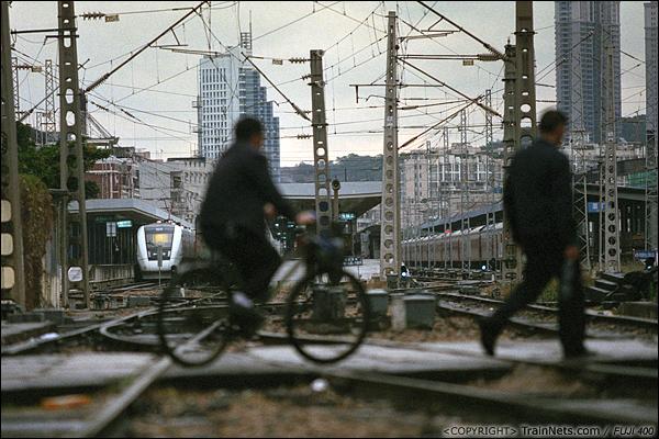 2013年12月。厦门。 金榜路道口,远处可以直接看到厦门火车站的站台。此时站台右侧正在进行扩建工程。(E2808)