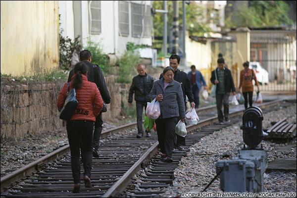 2013年12月。厦门。 下午,下班的市民从金榜路道口走向厦门折返段。(E2926)