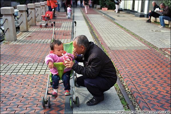 2013年12月。厦门铁路公园。万寿北路口。 下午,一位老人与孙子在公园里歇息。(E3009)