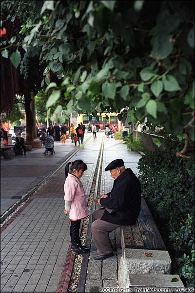 2013年12月。厦门铁路公园。万寿北路口。 下午,一位老人与孙子在公园里歇息。(E3011)