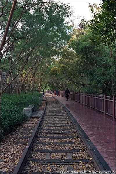 2013年12月。厦门铁路公园。厦门一中段。 此处铁路保留了碎石道床,市民可以体验走铁路的感觉。(E3024)