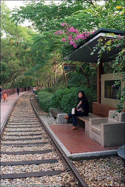 2013年12月。厦门铁路公园。厦门一中段。 此处铁路保留了碎石道床,一位市民在路边的小车站里休息。(E3025)
