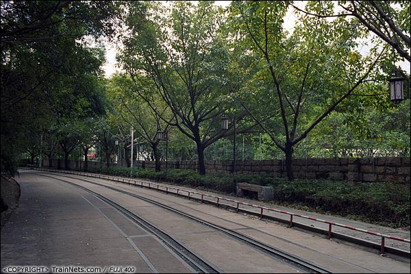 2013年12月。厦门铁路公园。 虎园路段,铁轨与公路融合。(E3111)