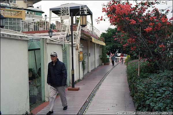 2013年12月。厦门铁路公园。 即将到达海边的旅游区,公园旁开始有各种小餐馆、酒店。(E3125)