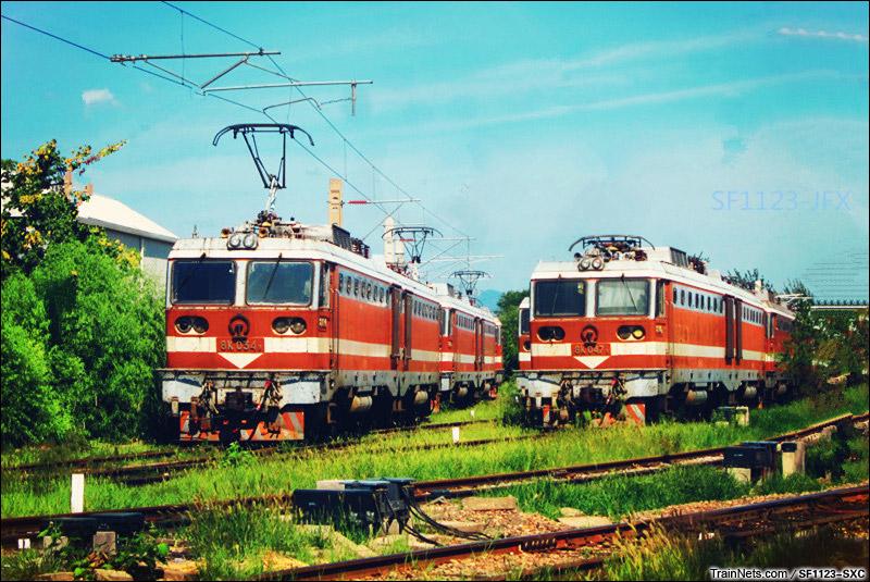 2014年8月12日。北京丰台西电力机务段。三台8K排队上五场。