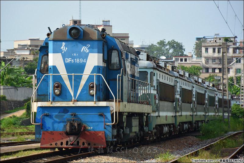 """2014年8月17日。韶关机务段,DF5牵引着一串早已封存的广铁SS1,停在机务段内的""""死亡线""""上。"""