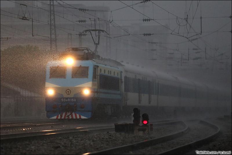 2014年8月2日,广州棠溪站北场小道口。T100次,广州东-上海,在暴雨中破雨而出。