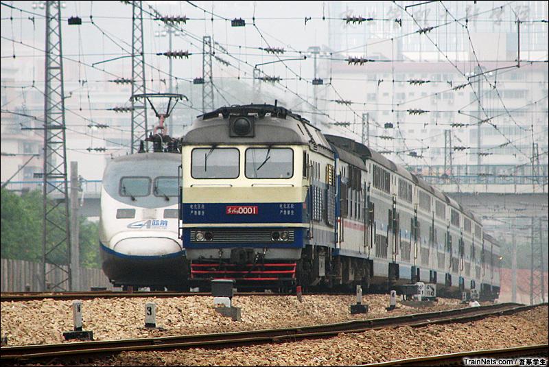 2007年3月25。广州农科院。 DF9牵引广深准高速列车与蓝箭交会。
