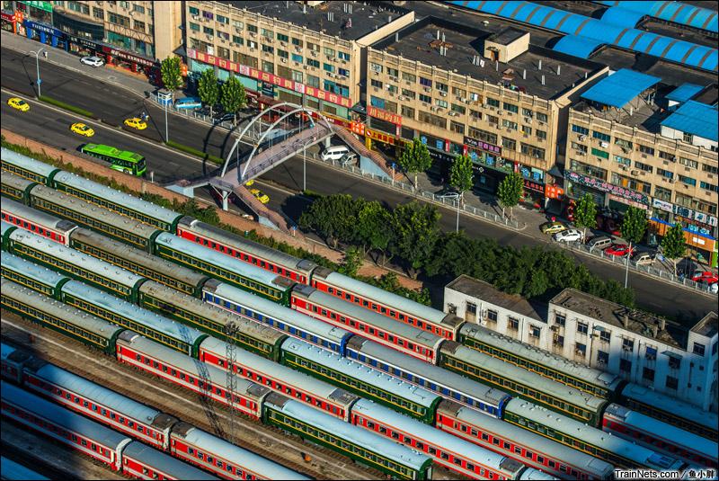 2014年7月21日,阳光照耀下的重庆车辆段。