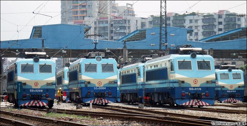 2014年9月9日。广州机务段。 中午,成群SS8在库里整备,准备下午出库。