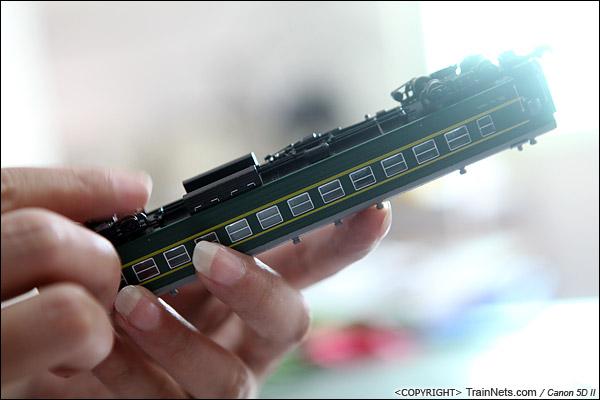 N22ゲージ汽車、車輪の運行は順調であるかどうかを検査しています。(IMG-2499-140927)