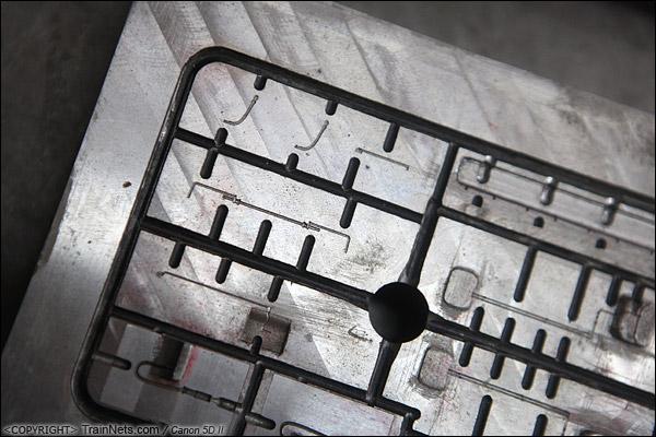 作り上げた金型。実際の部品は太いフレームの中の部品で、とても微小です。(IMG-2792-140927)