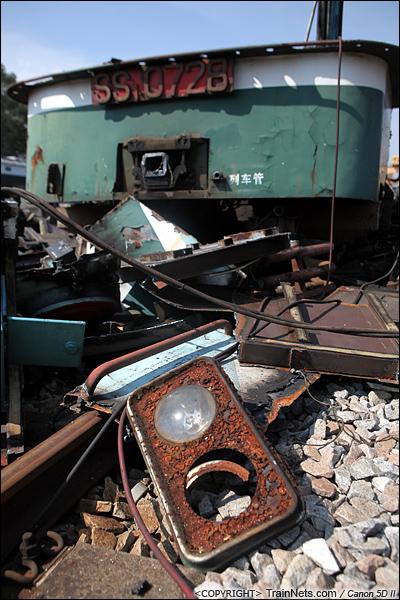 2014年8月31日。韶关机务段。 拆下来的的机车边灯。(IMG-9325-140831)