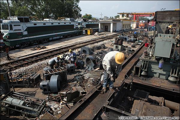 2014年8月31日。韶关机务段。 工人正在对SS1-0728的底盘进行切割,远处是即将进行拆解的SS1。(IMG-9354-140831)