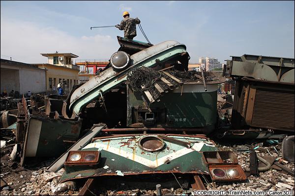 2014年8月31日。韶关机务段。 工人正在对驾驶室顶部进行拆解。(IMG-9405-140831)